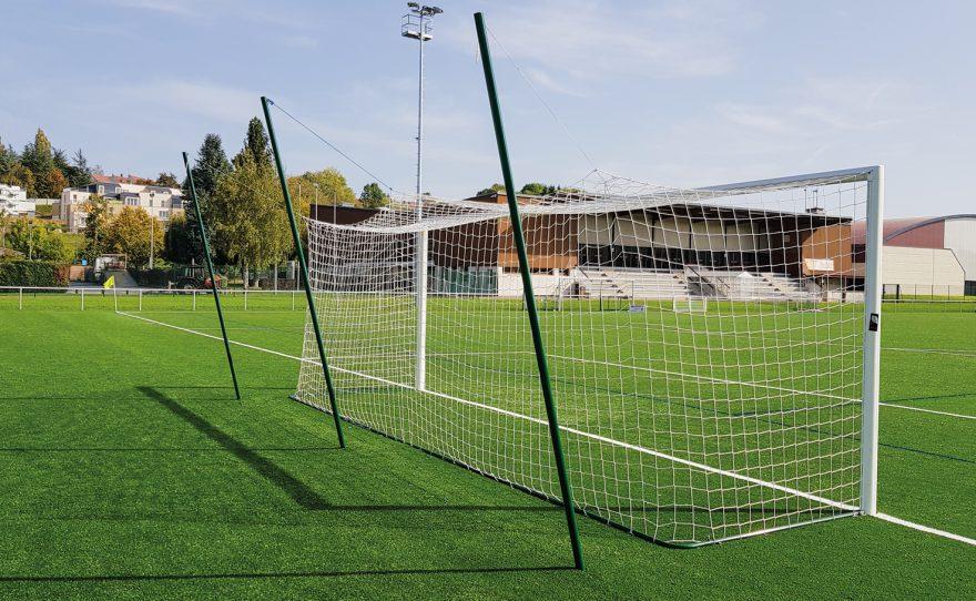 But de foot en aluminium ovoide avec filet intégré et mât arrière avec système de relevage du filet Metalu Plast équipement de football