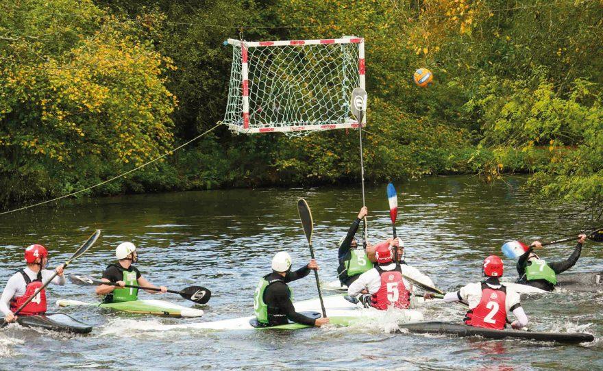 But de kayak polo suspendu joueurs en pleine partie