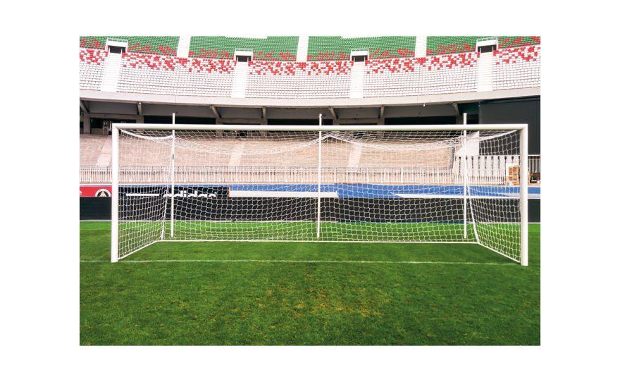 But de football de compétition avec filet intégré Metalu Plast dans un stade