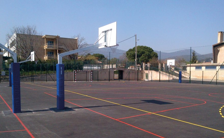 Basketball goal in galvanized steel for competition with adjustable height and protective foams for the post