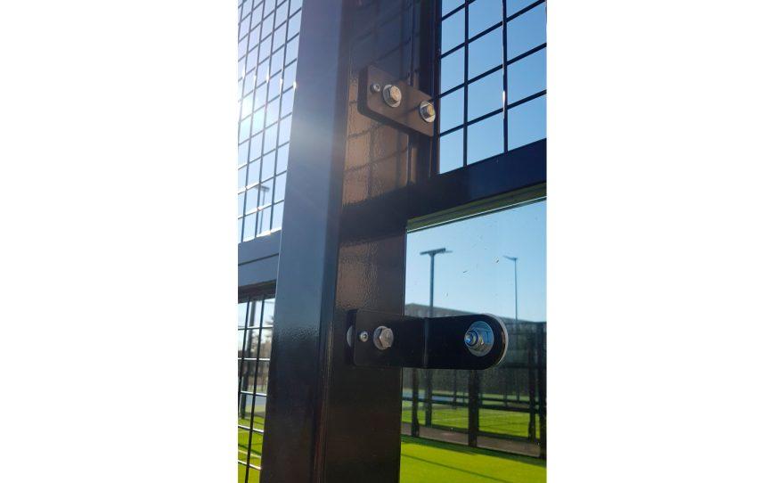 Fixation of glass panels for padel field Metalu Plast équipement sportif