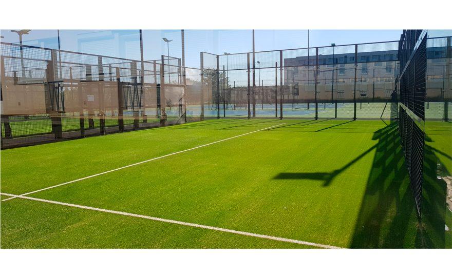 Terrain de padel tennis avec panneaux en verre