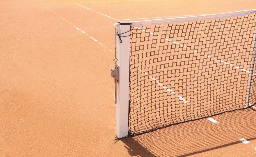 Poteau de tennis carré en acier à sceller norme NF EN 1510 Type 1