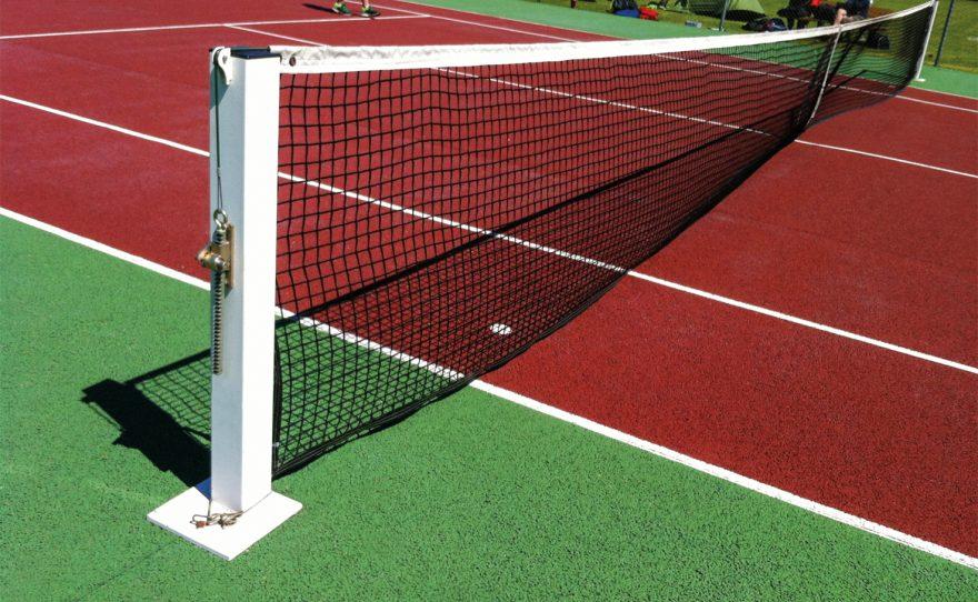 Poteaux de tennis solides et simples à sceller sur platine carré Metalu Plast